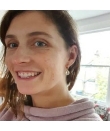 Boucles d oreilles chic-casual en cristal fait main portées par AnneLOrLondon