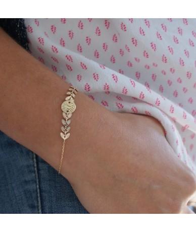 Bracelet personnalisé en plaqué or avec feuilles de laurier, gravé à la main par Annelor London à Wimbledon porté